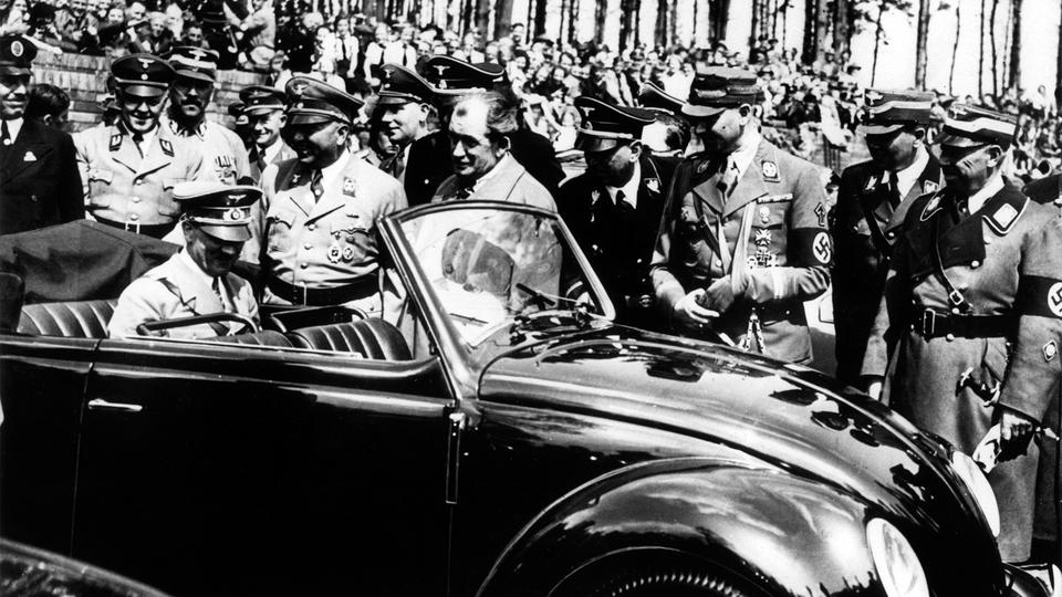 Adolf Hitler begutachtet in einen KdF-Wagen | Bildquelle: picture alliance / Ullstein