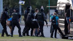 Polizei nimmt Demonstranten in Belarus fest | Bildquelle: REUTERS