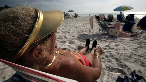 Reiche Seniorin am Strand von Naples (Florida, USA) | Bildquelle: imago stock&people