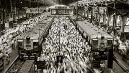 Blick in den Bahnhof Church Gate in Mumbai (Sebastião Salgado / Amazonas images)