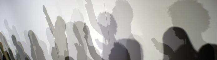 Schatten an einer Wand | Bildquelle: picture alliance / AFP Creative