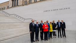 Michael Eissenhauer,  David Chipperfield, Michael Müller, Kanzlerin Angela Merkel, Hermann Parzinger, Monika Grütters, Ann Simon, Timothy M. Simon und Alexander Schwarz (von links)