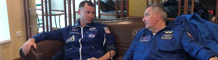 US-Astronaut Hague (links) und Roskosmus-Chef Dmitri Rogosin. | Bildquelle: REUTERS