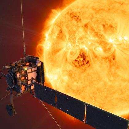 "Illustration: der ""Solar Orbiter"" vor der Sonne 