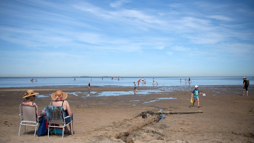 Urlauber am Nordseestrand in Cuxhaven  | dpa