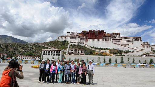 Touristen lassen sich in Lhasa fotografieren | Bildquelle: picture alliance / Photoshot