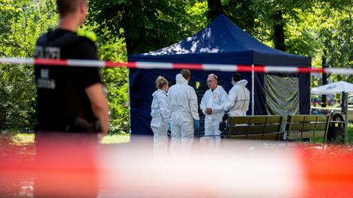 Ermittler am Tatort im Tiergarten | AFP