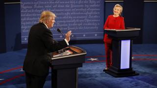 Donald Trump und Hillary Clinton beim TV-Duell in Hempstead, New York. | Bildquelle: dpa