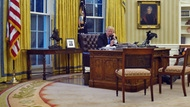 Trump telefoniert im Oval Office