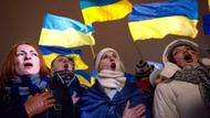 Demonstranten schwenken ukrainische Flaggen