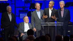 Jimmy Carter, George H. W. Bush, George W. Bush, Barack Obama und Bill Clinton beim Benefizkoncert für die Hurrikan-Opfer in College Station (Texas)