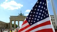 US-Flagge vor dem Brandenburger Tor