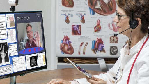 Ärztin kommuniziert mit Patienten per Video | picture alliance / imageBROKER