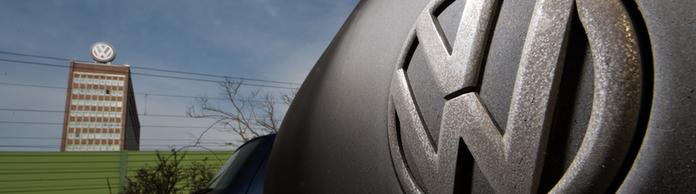 Verdrecktes VW-Logo an einem Golf | Bildquelle: picture alliance / Julian Strate