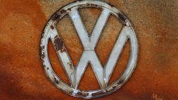 Rostiges VW-Logo
