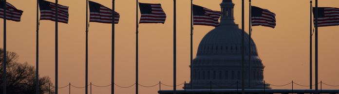 US-Flaggen wehen vor dem Capitol in Washington | Bildquelle: AP
