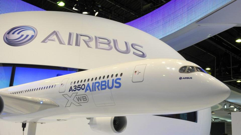 A350-Modell am Airbus-Stand auf der Luftfahrtmesse in Le Bourget 2011