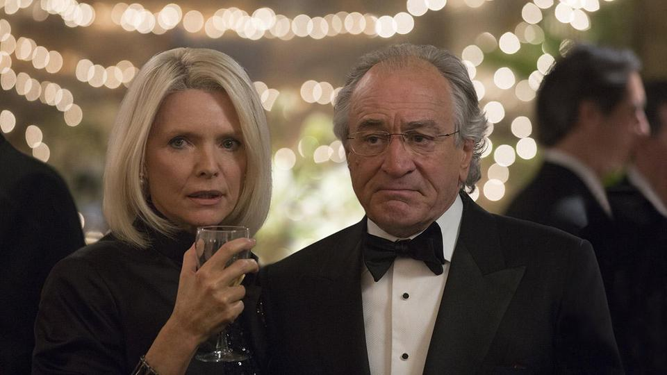 "Michelle Pfeiffer als Ruth Madoff und Robert De Niro als Bernie Madoff in ""The Wizard of Lies"""
